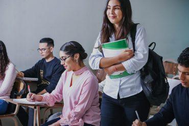 Jóvenes identifican calidad de la educación como el principal tema a impulsar en políticas públicas para su generación.